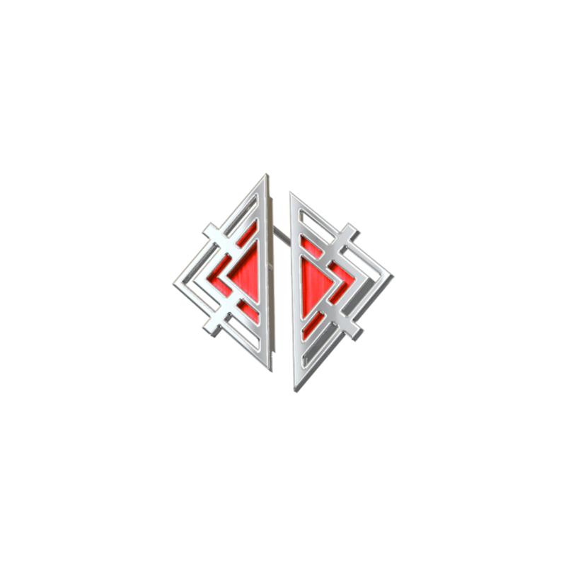 Треугольные серебряные серьги пусеты красные